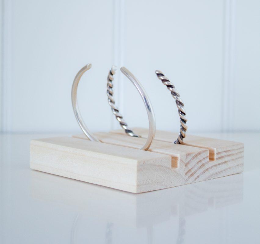 Expositor plano de madera con doble ranura