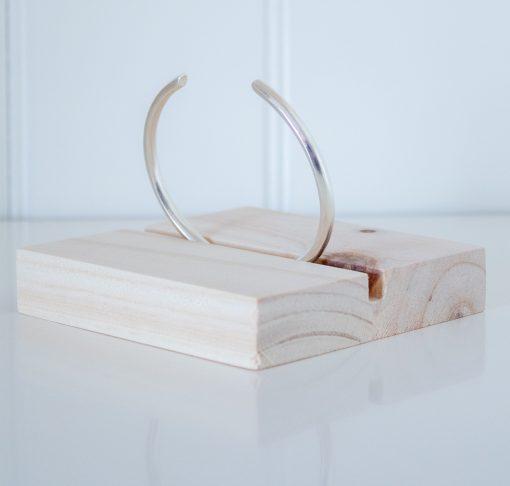 Expositor de madera plano con ranura central