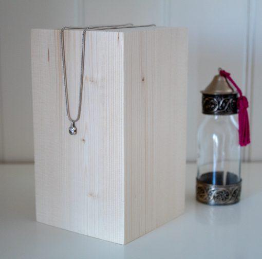 Taco de madera con una altura de 16cm para joyas