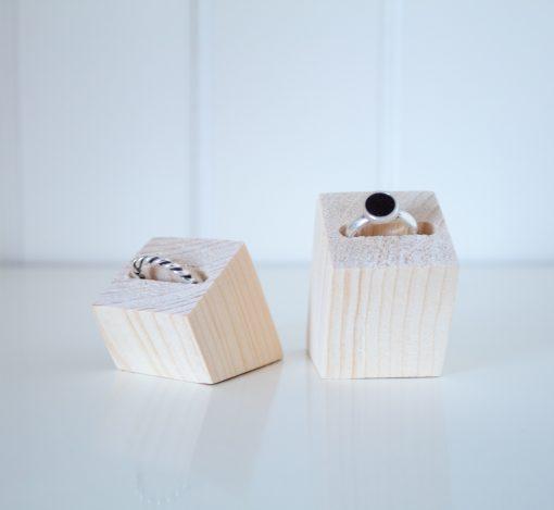Expositor de anillos inclinados para mejorar la visión del comprador.