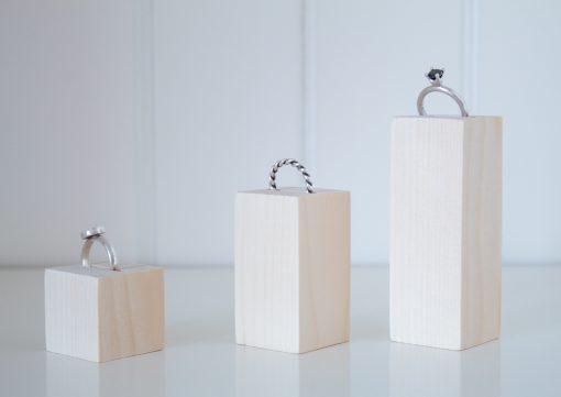 Foto de los 3 tamaños de expositor con ranura para anillos