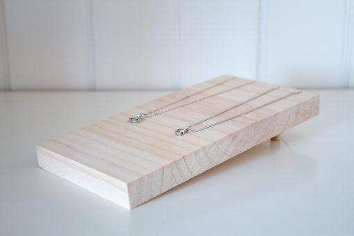 Display de madera para collares versátil.