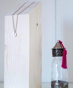 Expositor de collares con forma de taco