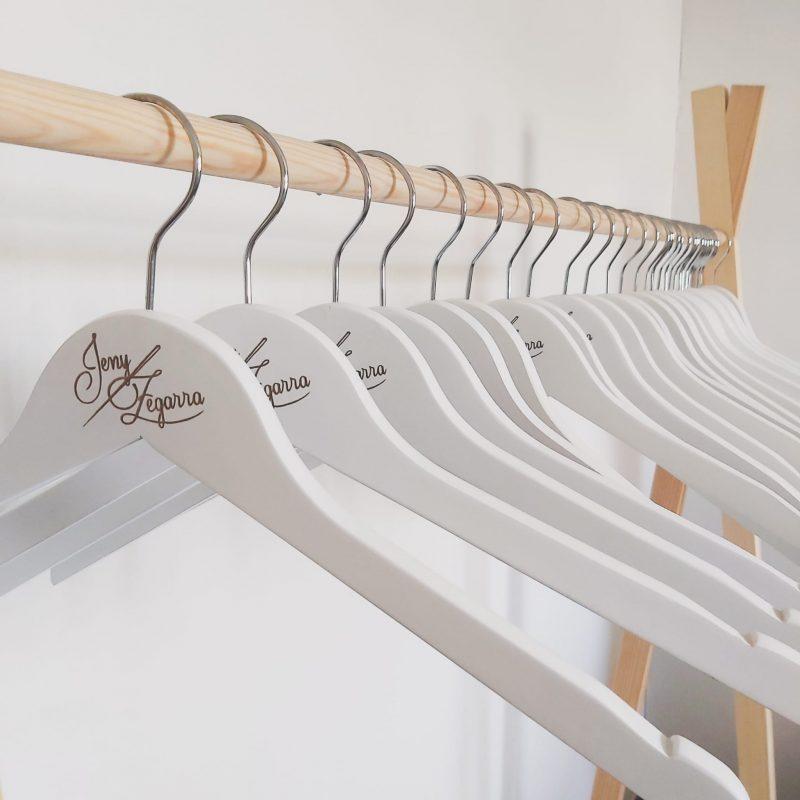Personalizar perchas para tienda de moda