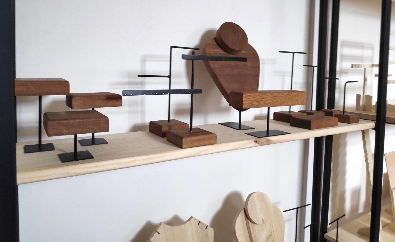 Expositores joyas de madera y metal (madera de irrogo sostenible)