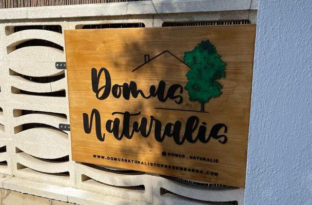 Cartel de madera con logotipo